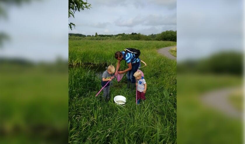 <p>Jong en oud wordt uitgenodigd om mee te helpen met meten van de waterkwaliteit in de buurt.</p>
