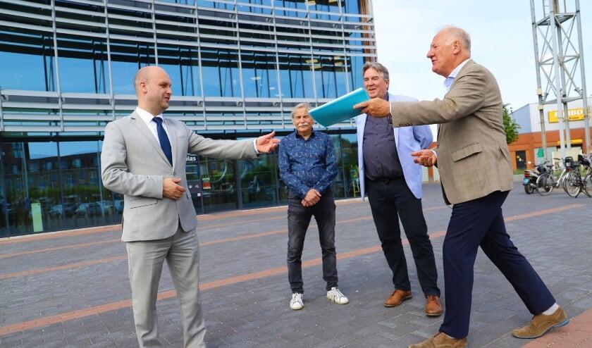 <p>Jacques Bovens (rechts), Paul van Drenth en Aad Stuivenberg overhandigden het rapport aan wethouder Schuurman.</p>