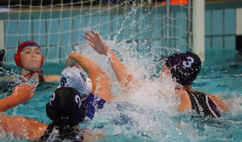 <p>De meisjes van NieMo Barracuda speelden in het Polderbad tegen De Gouwe.</p>