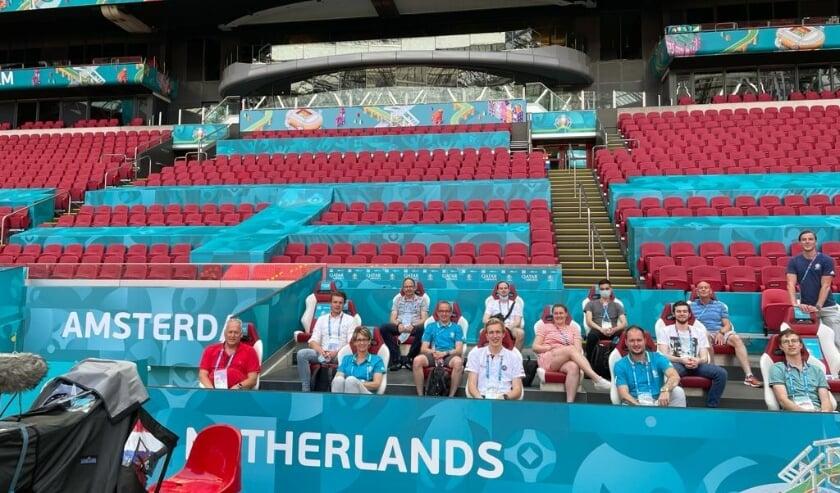 <p>Irene Bakker (derde van links) met de collega-vrijwilligers van haar afdeling in de Johan Cruijff Arena.</p>