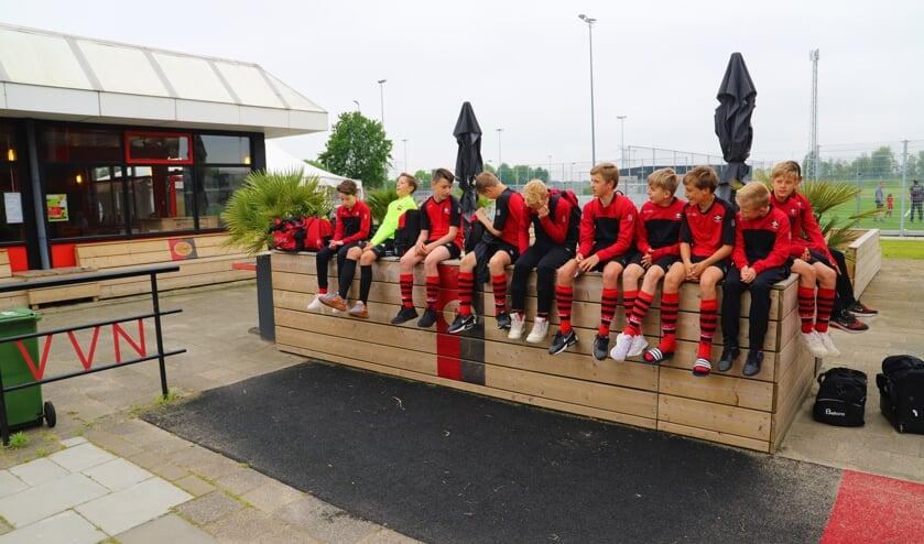 <p>Spelers JO14-1 wachten op hun beurt.</p>