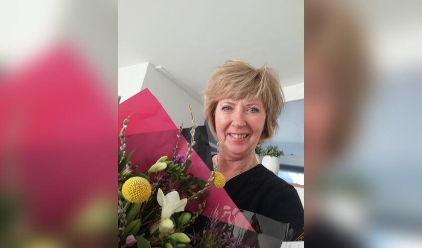 <p>Sylvia Versluis is heel blij met de bos bloemen als blijk van waardering voor haar inzet voor de bridgesport.</p>