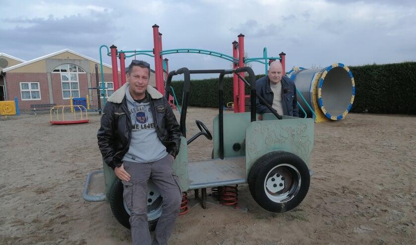 <p>Vrijwilligers Ronald de Pater (links) en Leen Schouten praten graag over 'hun' speeltuin.</p>