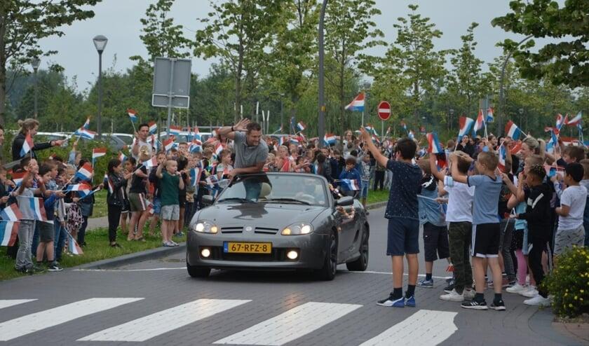<p>Schooldirecteur Jeroen van Kouwen wordt rondgereden in een cabrio, tot groot plezier van veel kinderen.&nbsp;</p>