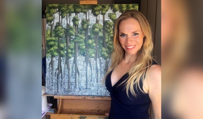 <p>Elise Eekhout met haar schilderij NoMangrove.</p>