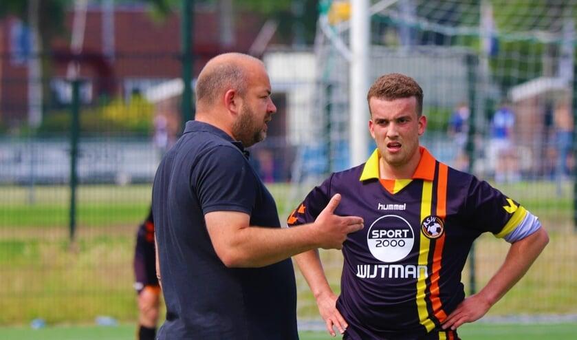 <p>Trainer Justin Sterk geeft aanwijzingen aan &eacute;&eacute;n van zijn jonge spelers.</p>