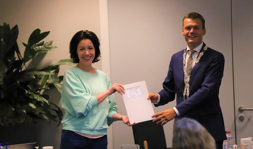 <p>Burgemeester Evert Jan Nieuwenhuis nam woensdag als voorzitter van de gemeenteraad de petitie in ontvangst.</p>