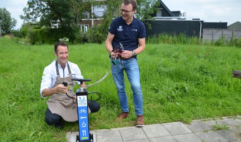 <p>Erwin van Munsteren (links) en Guido Boxhoorn van Wielaard bij de fietsreparatiepaal.</p>