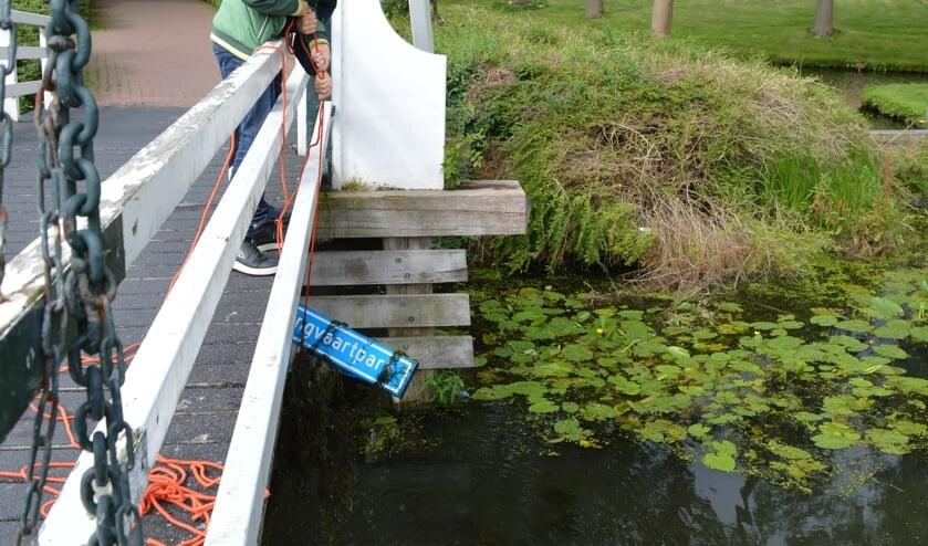 <p>Het bord met paal is &#39;meer dan een jaar geleden&#39; in het water gegooid, wisten de magneetvissers.</p>