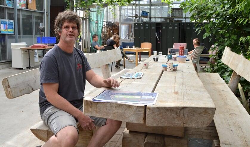 <p>Zorgkweker Corstiaan Oudijk sloopt zijn kassen pas als hij een nieuwe plek heeft voor zijn bomen en cli&euml;nten.</p>
