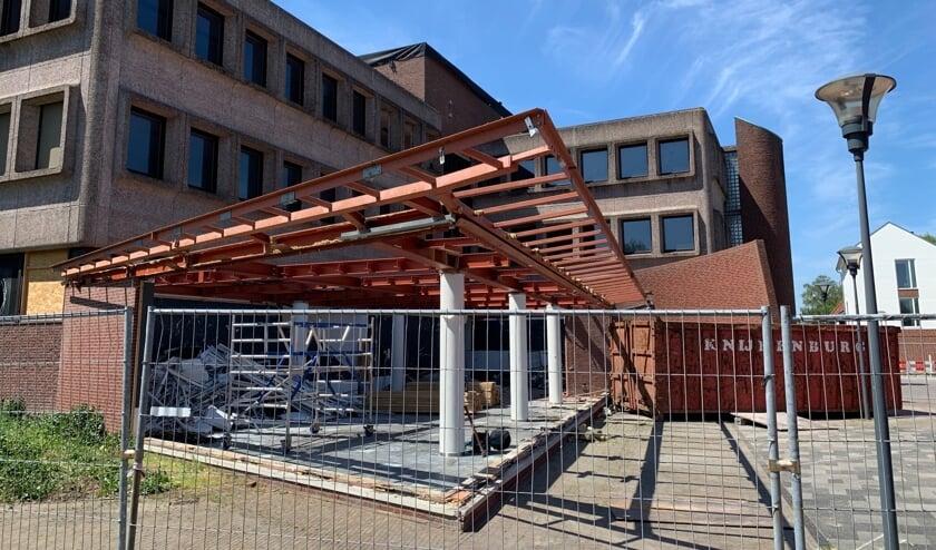 <p>De stalen luifel van het voormalige gemeentehuis ligt inmiddels&nbsp;in stukken, klaar voor hergebruik.</p>
