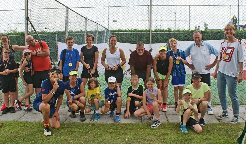 Veel belangstelling voor het (groot)ouder-kindtoernooi tijdens de jubileumdag van de 50+1-jarige tennisvereniging.