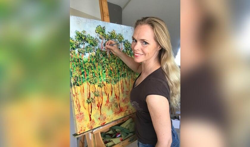 <p>De kunstenaar met haar werk &#39;Rainlight&#39;. (foto: pr)</p>