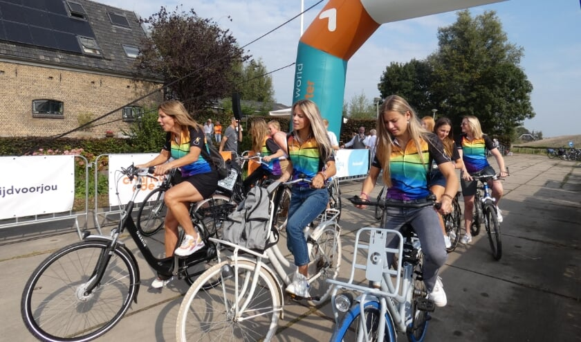 <p>Leontien Zijlaard-Van Moorsel stapte zelf ook op een stadsfiets voor de Charity Ride - Fun & Family.</p>