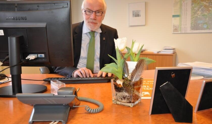 <p>Wijlen Bert Cremers, hier nog als burgmeester van Waddinxveen achter zijn bureau in 2017. (archieffoto: Hart van Holland)&nbsp;</p>