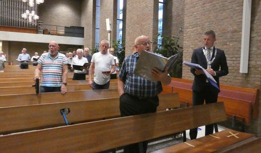 <p>De heren van de Gouwestem mochten eindelijk weer met elkaar zingen. (foto en tekst: Annette van den Berg)</p>