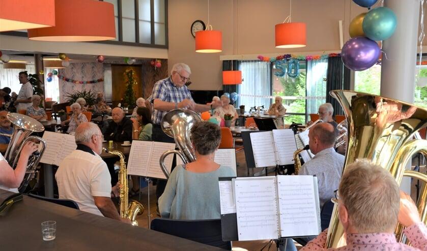<p>Bij de opening van de feestweek werd een speciaal gecomponeerd fanfarestuk gespeeld (foto en tekst: Myriam Dijck)</p>