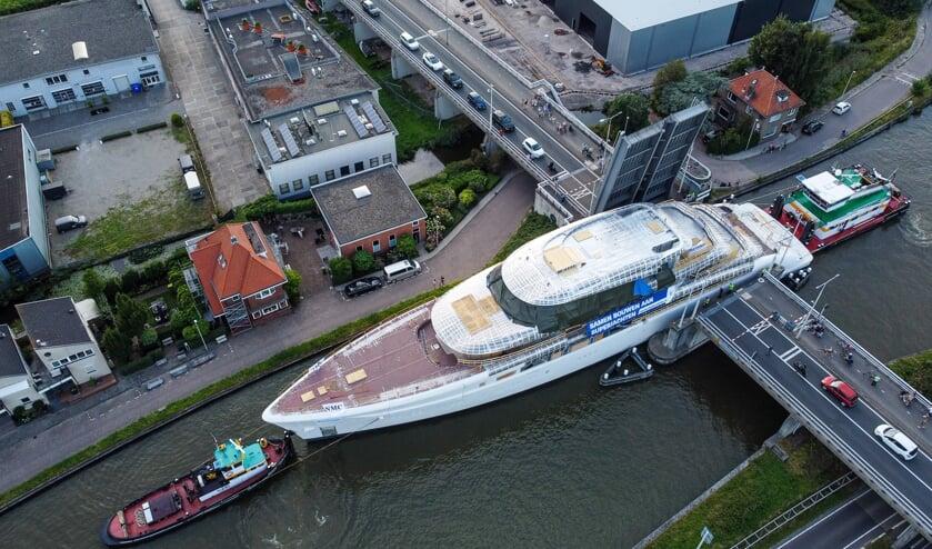<p>Het was passen en meten bij de Coenecoopbrug. (foto: 112hm.nl)</p>