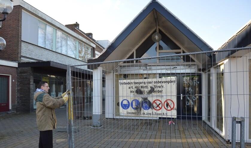 <p>Ontmanteling van de kleine winkeltjes aan de Passage, dat lange tijd dienst deed als h&eacute;t centrum van Waddinxveen.</p>