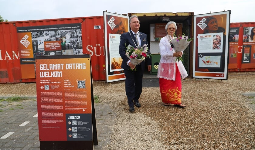 <p>Lies de Fretes, die als jong meisje naar Nederland kwam, opende met burgemeester Weber de tentoonstelling. (tekst en foto: Erik van Leeuwen)</p>