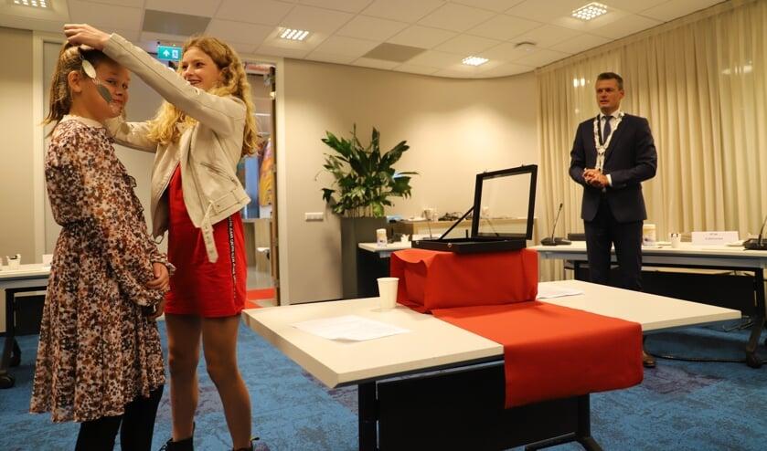 <p>Liva van Steensel hangt de nieuwe ambtsketen om bij haar opvolger Linn Boogaard. (foto en tekst: Erik van Leeuwen)</p>