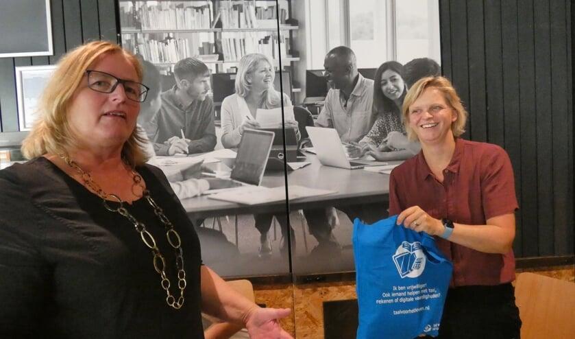 <p>Brigitte Leferink en &nbsp;Jessica Haket van Sag&eacute;nn Educatie die ook informatie ontving.</p>