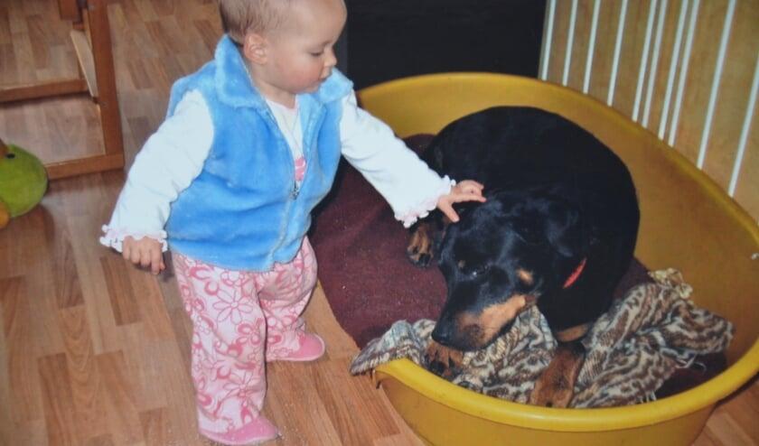 <p>Channah, op de foto 1 jaar oud, is met honden opgegroeid en kan lezen en schrijven met dieren.&nbsp;</p>