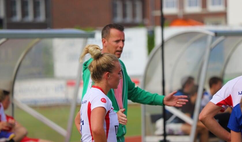 <p>Roos van Vliet (goed voor vier punten) en trainer Berry Glissenaar. (tekst en foto: Erik van Leeuwen)</p>