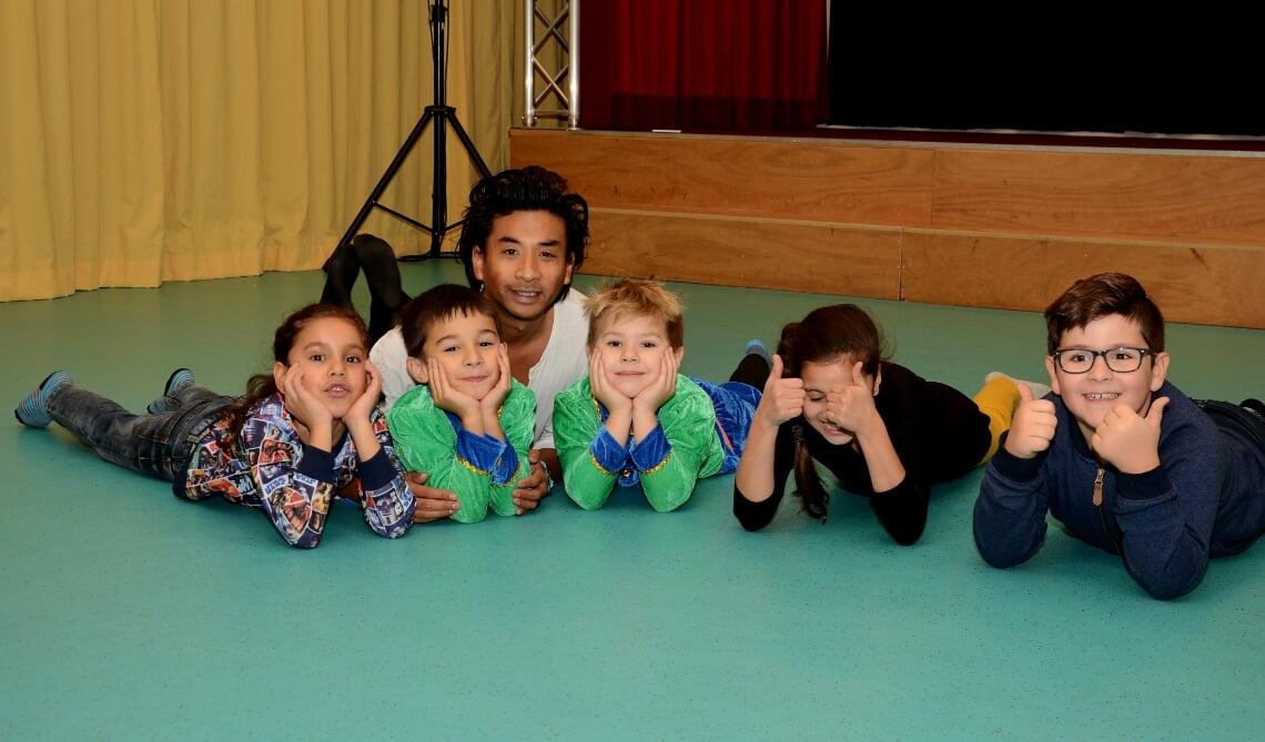 <p>Christian, te midden van kinderen van de Molenwijkschool (Archieffoto: Cock Stam)</p>