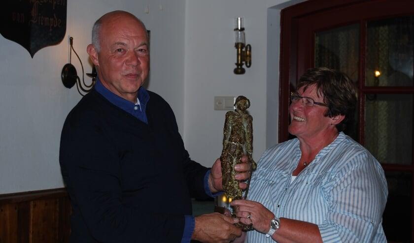 Joep Smits en Laura van Pelt, golfkampioenen 2016, met de Willemine-van-Laarhoven trofee in het Wapen van Liempde   | Fotonummer: ed14ea