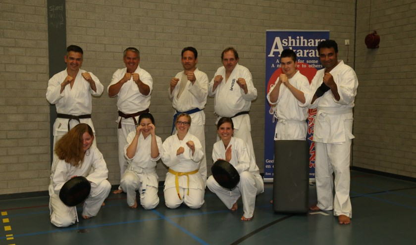 De trainingsgroep van 4Defence, met als tweede van links, bovenste rij, Petro.     Fotonummer: e89542