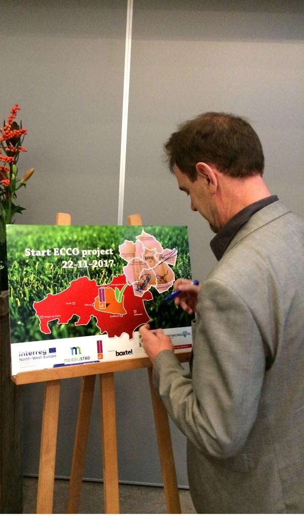 Wethouder Peter van de Wiel ondertekent de ECCO-deal. Foto: Gemeente Boxtel © MooiBoxtel