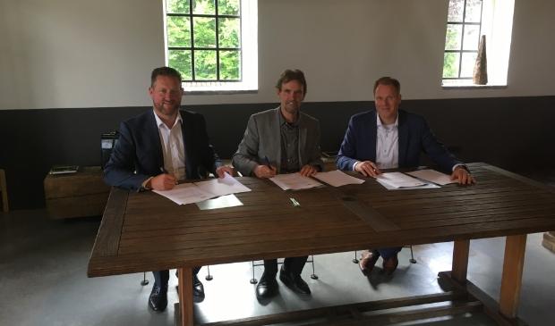 Al in 2017 werd de grondovereenkomst voor de bouw van de woningen getekend. Met van links naar rechts directeur John van der Doelen, van Hazenberg Bouw, toenmalig wethouder Peter van de Wiel en Mark van Doorn, namens Janssen de Jong Projectontwikkeling. Foto: Janssen de Jong Projectontwikkeling B.V. © MooiBoxtel