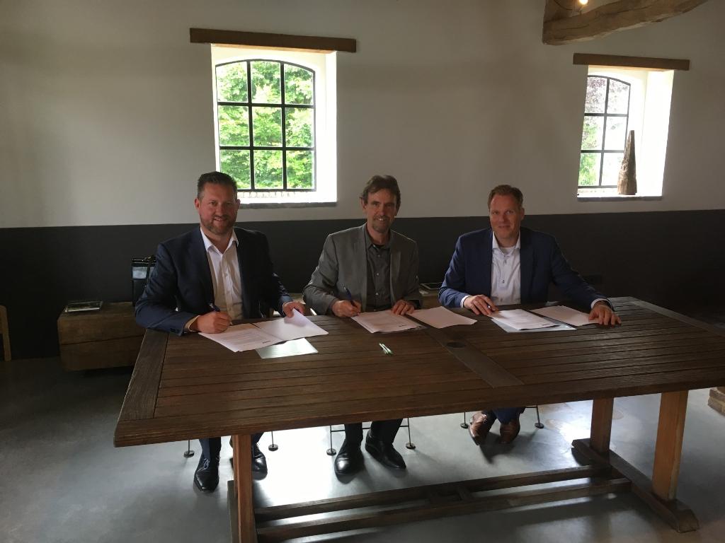 De ondertekening van de bouwovereenkomst in 2017, met van links naar rechts directeur John van der Doelen, van Hazenberg Bouw, wethouder Peter van de Wiel en Mark van Doorn, namens Janssen de Jong Projectontwikkeling. Foto: Janssen de Jong Projectontwikkeling B.V. © MooiBoxtel