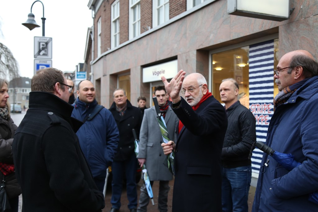 Gerard Schraverus (met geheven hand) neemt per 1 januari afscheid als penningmeester/secretaris van het centrummanagement. Foto: Sander van Kasteren © MooiBoxtel