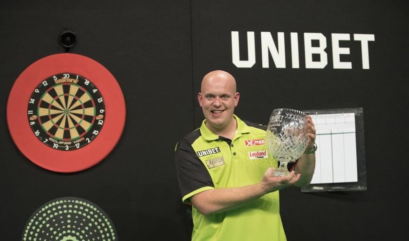Van Gerwen houdt zijn vierde titel trots omhoog.   | Fotonummer: 7e9118