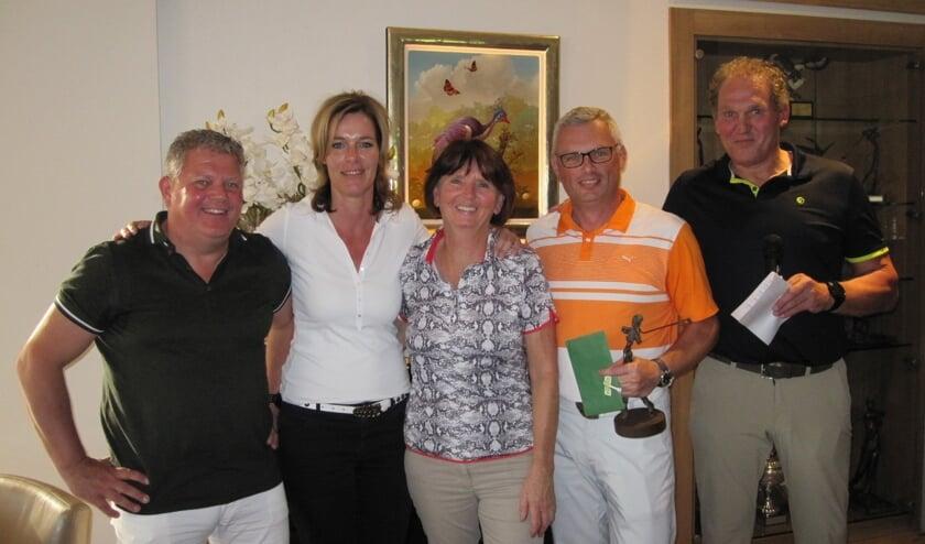 de winnaars samen met de aftredende organisatoren Adi van Wijk, Angelique Wagenaars en Albert Peijnenburg   | Fotonummer: d2fa71