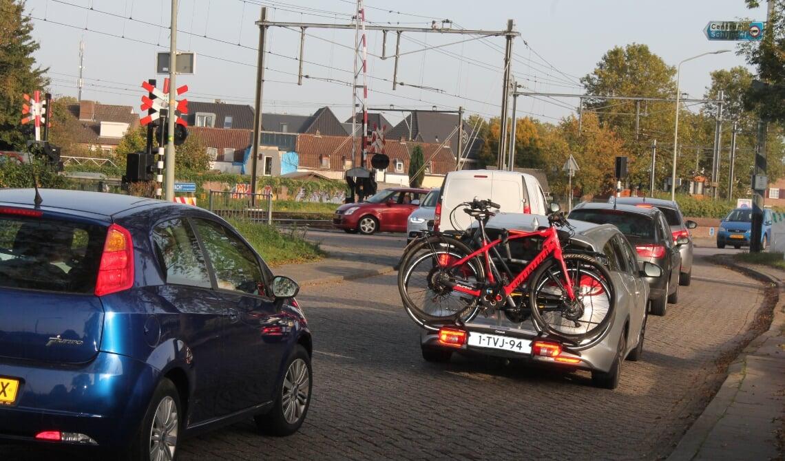 <p>Het is nu erg druk op de Kapelweg. De wethouder laat onderzoeken of een vrachtwagenverbod er de verkeersproblemen kan inperken.</p>
