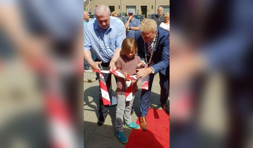 Heinz 'kroket' Stuy (l.), kleinzoon Dave en burgemeester Mark Buijs verrichten de openingshandeling. (Foto: Rien van Doleweerd)   | Fotonummer: 665369
