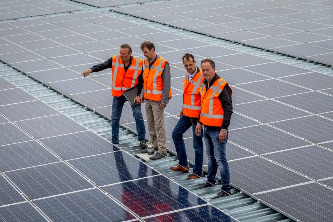 <p>Voormalig wethouder Peter van der Wiel (tweede van links) zette de afgelopen jaren de energietransitie in werking, zoals hier na de aanleg van zonnepanelen op het dak bij Reijnders. Zijn partijgenoot en opvolger D&eacute;sir&eacute; van Laarhoven wil de aanleg van zonnepanelen nu versnellen.</p>