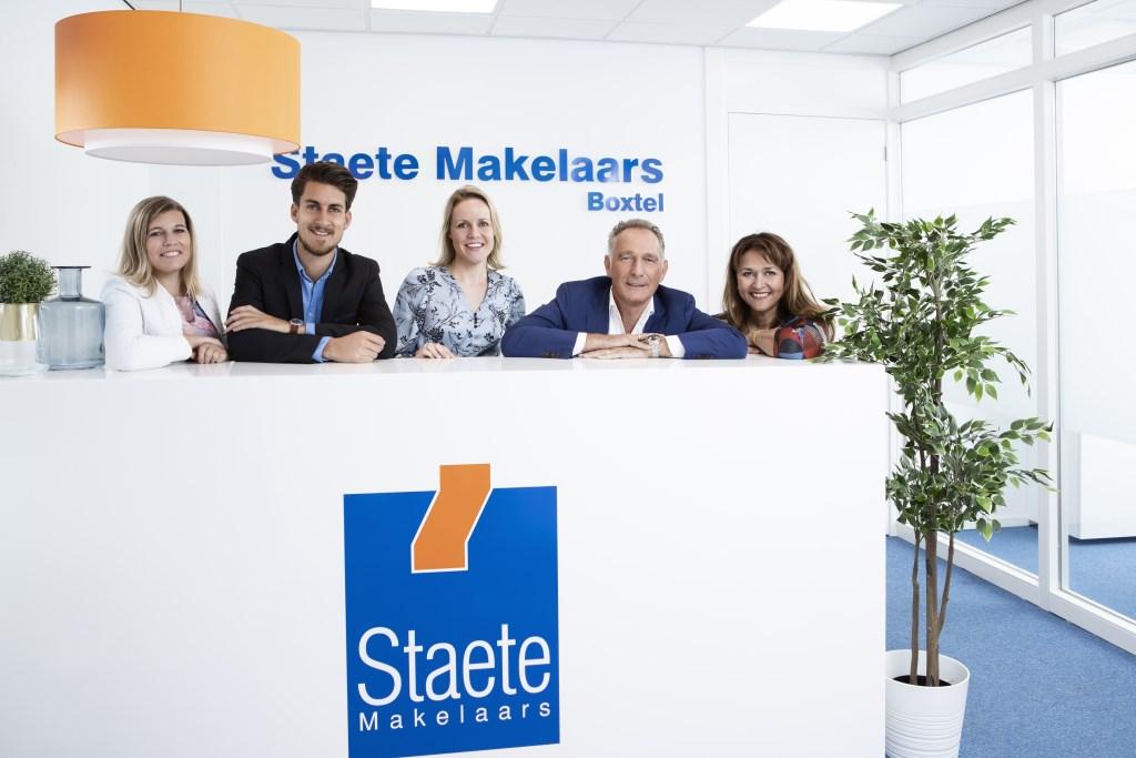 Het Boxtelse team van Staete Makelaars, met als tweede van links vestigingsmanager Peter van Gulick en als tweede van rechts oprichter Hugo Finkers. Foto: Roel van Koppenhagen © MooiBoxtel