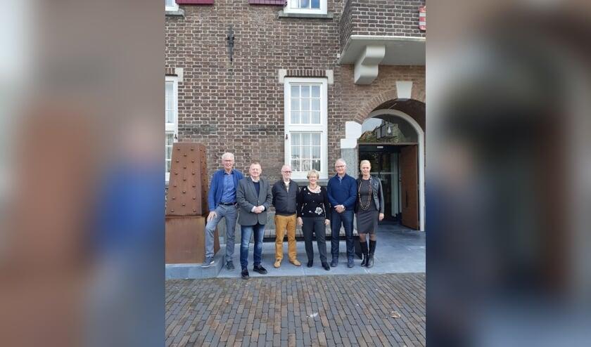 De sleutelfiguren in het opstellen van de Boxtelse ouderennotitie (van links naar rechts Leo de Kort (Hobbycentrum), Eric van den Broek (wethouder), Ad van den Brand (Ouderen in Regie), Diny Stolvoort (WoonWijs), Jac Nouwens (Kinderboerderij) en Mariël Selten (gemeente)) poseren gezamenlijk voor het gemeentehuis.   | Fotonummer: e3ba7e