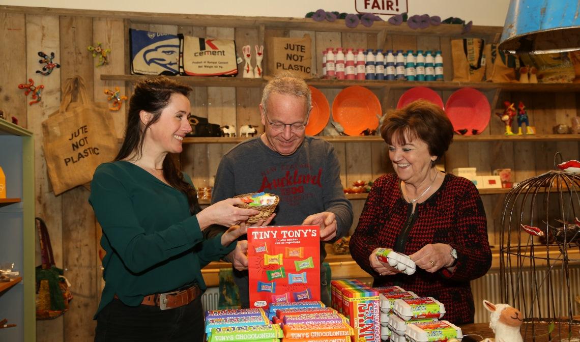 Ellen Reinders (links, Bibliotheek Boxtel), Frank Geurtz en Riky Goedhart (Just FAIR!) legden afgelopen maart de laatste hand aan de inrichting van de nieuwe fairtradewinkel.