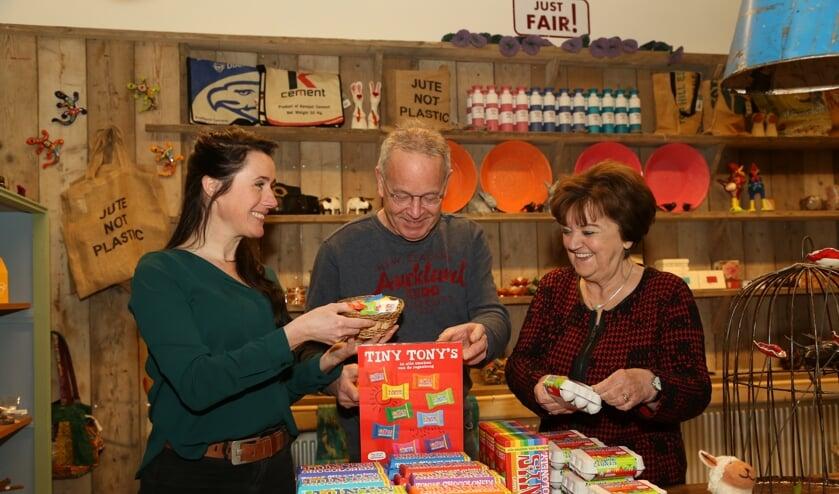 Ellen Reinders (links, Bibliotheek Boxtel), Frank Geurtz en Riky Goedhart (Just FAIR!) legden afgelopen maart de laatste hand aan de inrichting van de nieuwe fairtradewinkel.     Fotonummer: 60bead