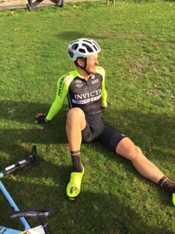 Johnny Hoogerland komt moe maar voldaan als 10e over de finish. Foto: Henk van Roosmalen/Team Invicta © MooiGestel
