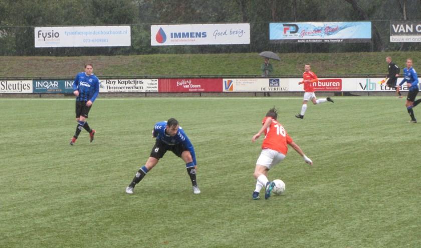 SCG-uitblinker Mike van Lijssel (blauw shirt) in duel met een speler van Avanti   | Fotonummer: 37a8e1