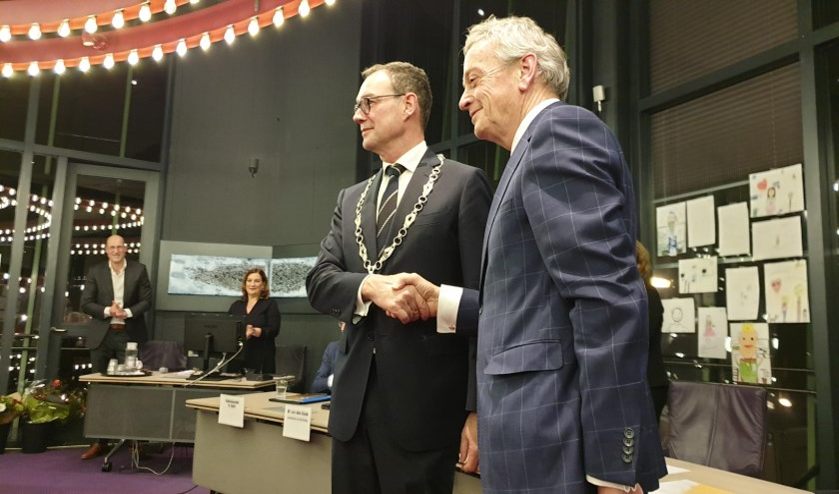 De nieuwe burgemeester van Boxtel Ronald van Meygaarden (met ambtsketen) en oud-burgemeester Fons Naterop.   | Fotonummer: da6db7