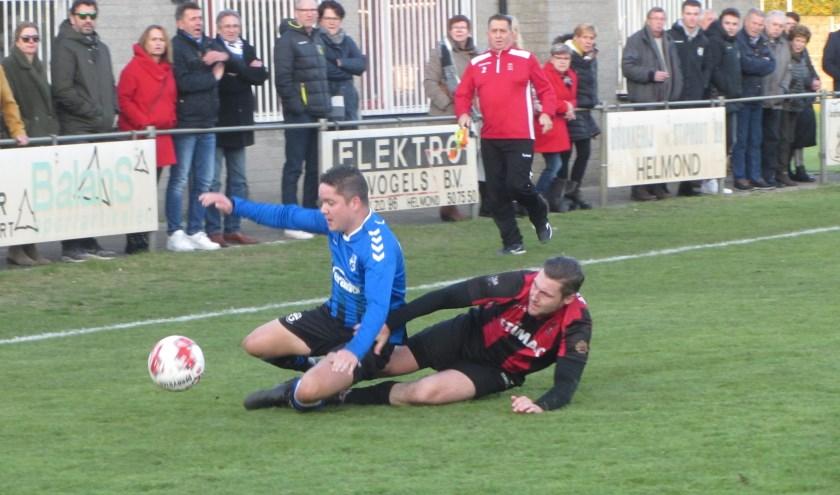 SCG-speler Kaj de Visser (blauw-zwart) in fel duel met een tegenstander van Helmondia.     Fotonummer: 03f229