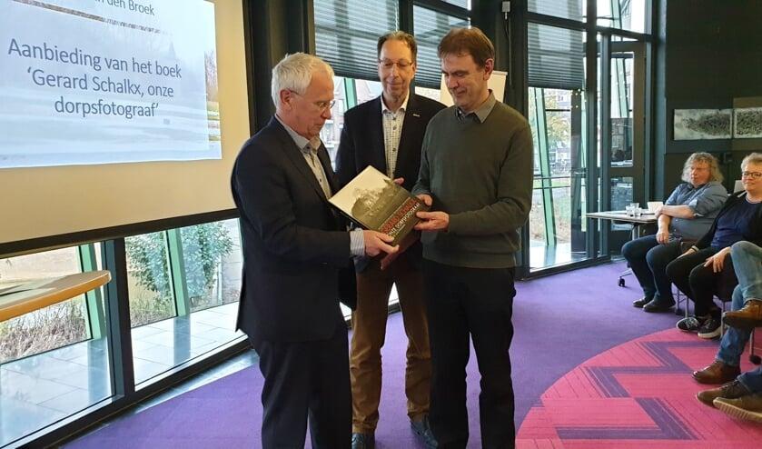 Gerard Schalkx (l.) met het eerste exemplaar van 'zijn' fotoboek, samen met wethouder Peter van de Wiel (r.) en Erfgoedvereniging Kék Liemt voorzitter Arnold van den Broek.     Fotonummer: 2a45c2