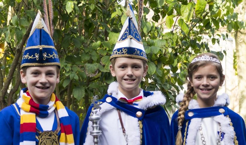 Jeugdprins Karel d'n Uurste en Jeugdprinses Mijntje regeren over Bokkendonk links op de foto adjudant Finn van Uden     Fotonummer: 6809c0